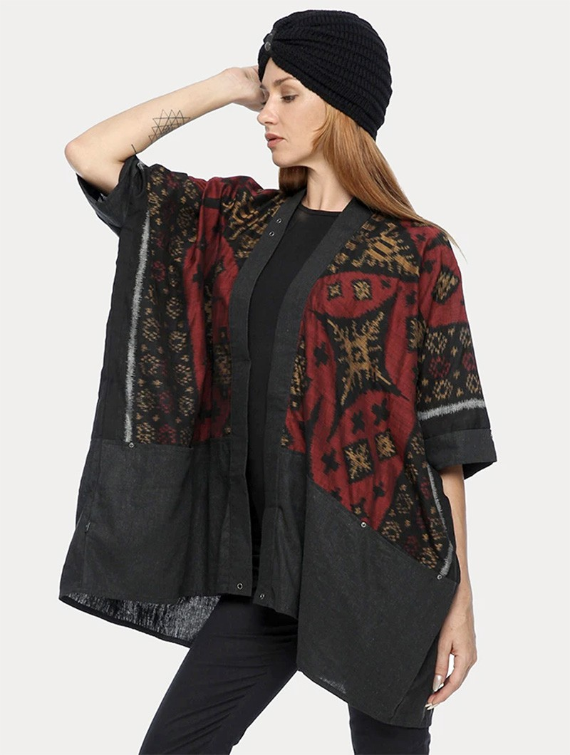 ""\""""Kimono"""" kaftan vest, Grey with red and gold patterns""800|1060|?|en|2|4ff3ff20d68daab5b07bec87efccb2e8|False|UNLIKELY|0.3153456151485443